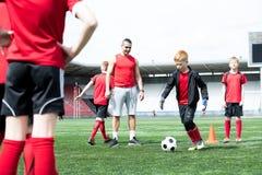Grupa dzieci przy Futbolową praktyką obrazy stock
