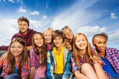 Grupa dzieci siedzi wpólnie i uśmiech Zdjęcia Royalty Free