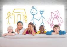 Grupa dzieci stoi przed kolorowymi children rysunkami ilustracja wektor