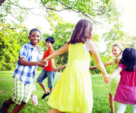 Grupa dzieci Trzyma ręki więzi pojęcie Obrazy Stock