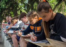 Grupa dzieci - ucznie szkoła artystyczna rysunek na naturze Obraz Stock