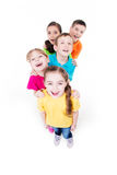 Grupa dzieci w kolorowy koszulek stać. Fotografia Stock