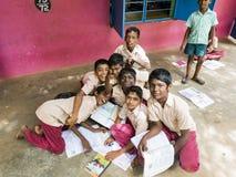 Grupa dzieci w wieku szkolnym pracuje na zewnątrz sali lekcyjnej obraz stock
