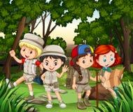 Grupa dzieci wycieczkuje w lesie ilustracja wektor