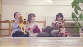 Grupa dzieci z faszerować zabawkami zbiory