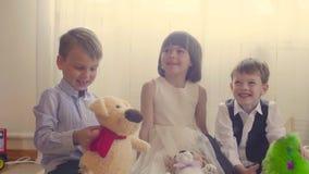 Grupa dzieci z faszerować zabawkami zdjęcie wideo