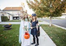 Grupa dzieciaków częstowanie na Halloween lub sztuczka obrazy royalty free