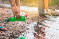 Grupa dzieciaka wolontariusza pomocy śmieciarskiej kolekci dobroczynności environm Fotografia Stock