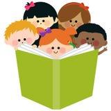 Grupa dzieciaki czyta książkę ilustracji