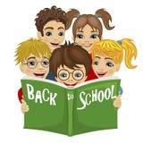 Grupa dzieciaki czyta zieleni książkę z z powrotem szkoła tekst ilustracji