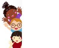 Grupa dzieciaki ma zabawę i sztandar royalty ilustracja