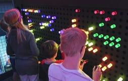Grupa dzieciaki Ma zabawę przy odkrycie dzieci ` s muzeum Zdjęcie Stock