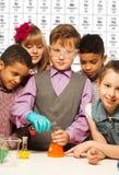 Grupa dzieciaki na chemii lekci zdjęcia stock