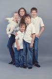 Grupa dzieciaki w cajgach na szarym backgroud Obraz Stock