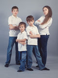 Grupa dzieciaki w cajgach na szarym tle Zdjęcia Stock