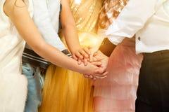 Grupa dzieciaki w wakacje mienia odzieżowych rękach Przyjaźń, mody pojęcie fotografia stock
