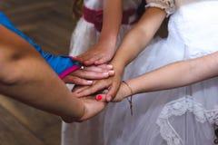 Grupa dzieciaki wręcza bawić się gry i mieć zabawę przy urodzinowym ce Zdjęcia Royalty Free