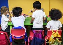 Grupa dziecinów ucznie Je Karmowego przerwa na lunch Wpólnie obraz stock