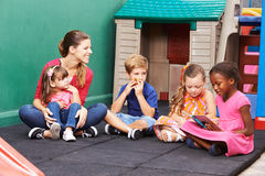 Grupa dziecko czytelnicza książka w preschool obraz royalty free