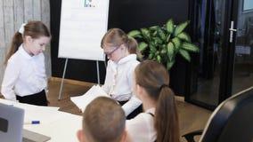 Grupa dziecko praca W Nowożytnym biurze zbiory wideo