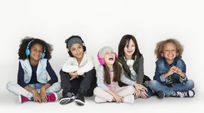 Grupa dziecko Pracowniani ono Uśmiecha się Jest ubranym hełmofony C i zima fotografia stock