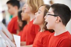Grupa dziecko w wieku szkolnym Śpiewa W chorze Wpólnie obrazy royalty free
