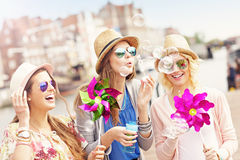 Grupa dziewczyna przyjaciele ma zabawę w mieście Zdjęcie Royalty Free