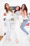 Grupa dziewczyna przyjaciele skacze w domu mieć przyjęcia Obraz Royalty Free