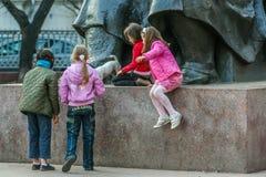 Grupa dziewczyny i pies bawi? si? woko?o zabytku w parku obrazy royalty free