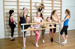 Grupa dziewczyny odpoczynek po trenować, ono uśmiecha się i opowiadać, Zdjęcia Royalty Free