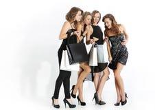 Grupa dziewczyny patrzeje zakupy Zdjęcia Royalty Free