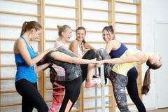 Grupa dziewczyny po trenować ono uśmiecha się i opowiadać Fotografia Stock