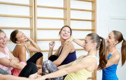 Grupa dziewczyny po trenować ono uśmiecha się i opowiadać Zdjęcie Royalty Free