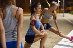 Grupa dziewczyny robi rozciąganiu przy nocą Obrazy Royalty Free