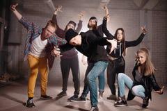 Grupa dzwoni współzawodniczyć z one na śpiewie rapery pokazuje gesty Obraz Royalty Free
