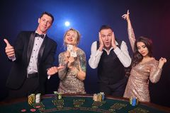 Grupa eleganccy bogaci przyjaciele bawić się grzebaka przy kasynem fotografia royalty free