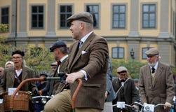 Grupa eleganccy kolarstw ludzie jest ubranym staromodnego tweed odziewa Zdjęcia Stock