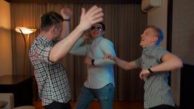 Grupa faceci tanczy w mieszkanie domu żywym pokoju zbiory wideo