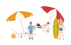 Grupa faceci w lub pozycja obok go beachwear obsiadaniu na sunloungers z parasolami i lying on the beach, relaksuje i ilustracja wektor