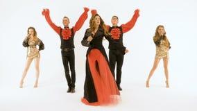 Grupa fachowi aktorzy tanczy na białym tle Dziewczyna piosenkarz w czarnej sukni Dwa młodego człowieka w czerni zdjęcie wideo