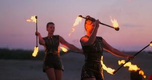 Grupa fachowi cyrkowi wykonawcy z pożarniczymi przedstawieniami tanczy przedstawienia w zwolnionym tempie używać miotaczy i wirow zdjęcie wideo