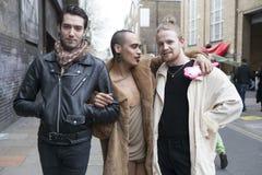 Grupa fashionably ubierający mężczyzna pozuje na tle c Zdjęcia Royalty Free