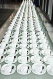 Grupa filiżanki Puste filiżanki dla kawy Wiele rzędy biała filiżanka dla usługowej herbaty lub kawy w śniadaniu przy bufeta wydar Zdjęcia Stock