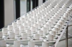Grupa filiżanki Puste filiżanki dla kawy Wiele rzędy biała filiżanka dla usługowej herbaty lub kawy w śniadaniu przy bufeta wydar Zdjęcia Royalty Free