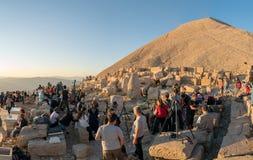 Grupa fotografowie przy wierzchołkiem Nemrut Mountai blisko Commagene statuy rujnuje czekanie dla zmierzchu w Adiyaman, Turcja obrazy stock