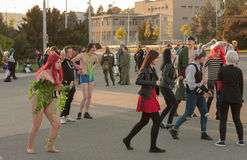 Grupa goście bawić się plenerową grę przy Animefest fotografia stock