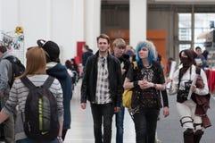 Grupa goście chodzi przy Animefest obrazy royalty free