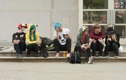 Grupa goście siedzi na schodkach przy Animefest fotografia stock