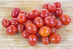 Gronowi pomidory na drewnianej tnącej desce zdjęcie stock