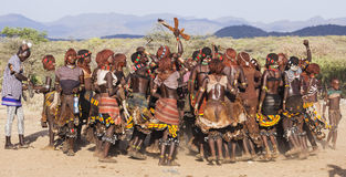 Grupa Hamar kobiety tanczy podczas byk skokowej ceremonii Turmi, Omo dolina, Etiopia Fotografia Stock